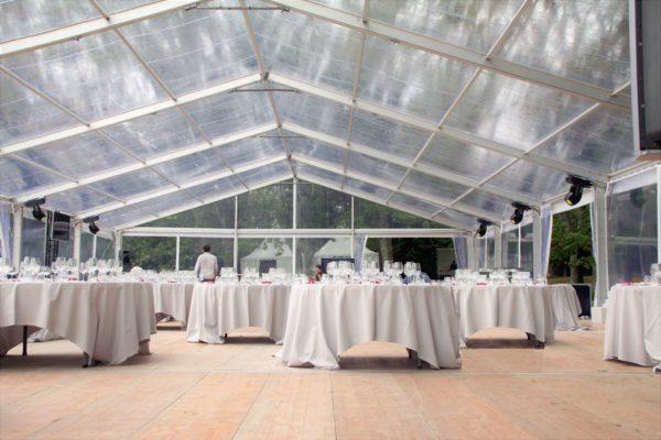 Location et installation d'une grande tente pour une réception